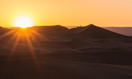 Great caravan trek into Sahara desert